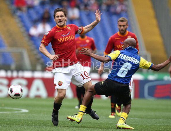 Totti contrastato da Fendandes del Chievo (Getty Images)