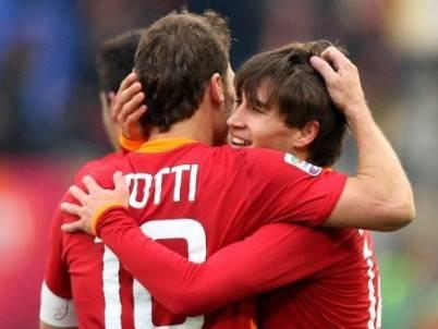 Bojan Krkic abbraccia il compagno Francesco Totti