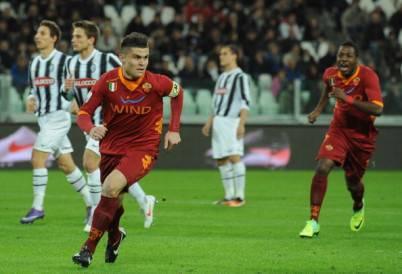 Il giallorosso Viviani esulta dopo il gol siglato all'andata contro la Juventus