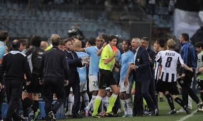 I disordini scoppiati in campo ieri al termine della partita (Getty Images)