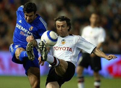 Amedeo Carboni contrastato da Luis Figo in una foto del 2005 (Getty Images)