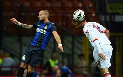Wesley Sneijder in un contrasto con Daniele De Rossi (Getty Images)