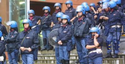 Poliziotti fuori dallo stadio