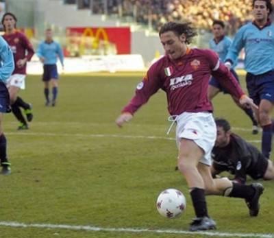 totti toro 400x347 Roma, che ricordi per Totti contro il Toro: la sua rete in slalom tra le più belle in carriera (Video)