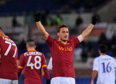 Francesco Totti esulta dopo i gol ai viola