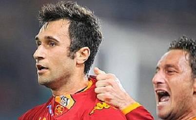 Mirko Vucinic dopo il gol che diede l'ultima vittoria alla Roma all'Olimpico contro il Milan