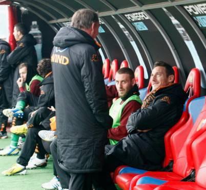 Francesco Totti ieri in panchina per un dolore alla coscia