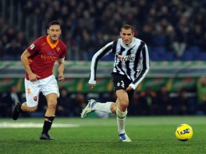Chiellini in un'azione di gioco con Totti (Getty Images)