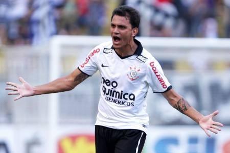 Il terzino sinistro del Corinthians Fabio Santos