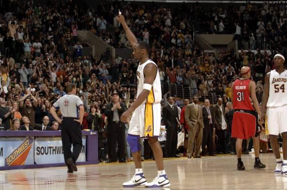 L'uscita dal campo con standing ovation di sette anni fa