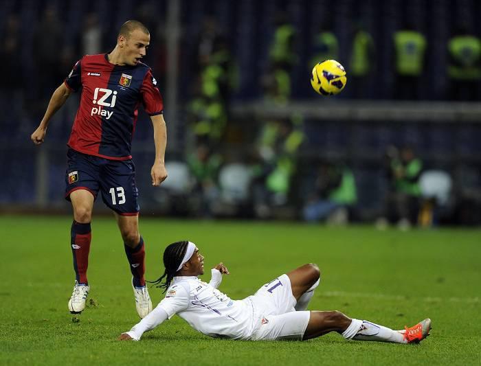 Il difensore del Genoa Luca Antonelli con il giocatore della Fiorentina Guillermo Cuadrado (Getty Images)