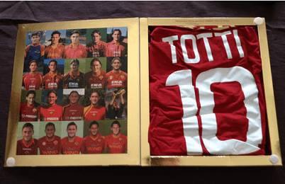 La maglia autografata di Totti