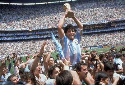 Maradona con la Coppa del Mondo