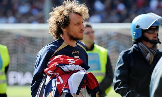 L'immagine emblematica: Marco Rossi porta le magliette dei compagni ai tifosi