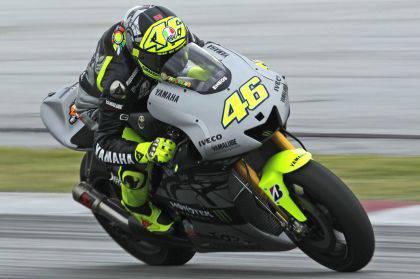Valentino in sella alla sua nuova Yamaha nei test di Sepang