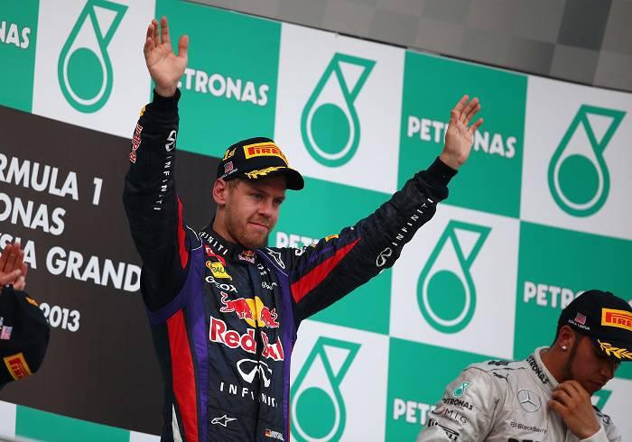 Il pilota tedesco Sebastian Vettel durante la premiazione (Getty Images)