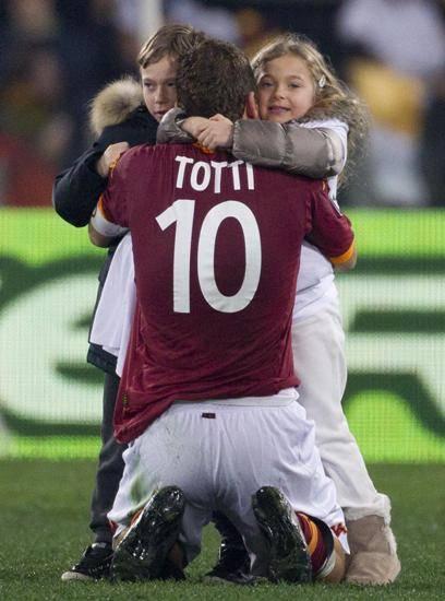 L'abbraccio di Totti ai figli Christian e Chanel