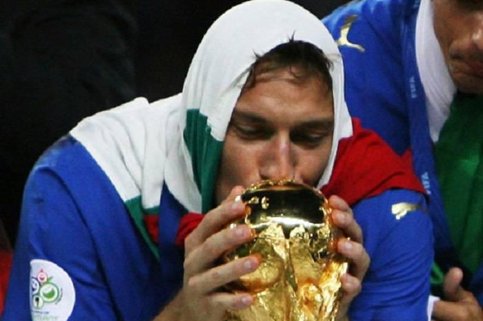 Francesco Totti mentre bacia la Coppa del Mondo del 2006