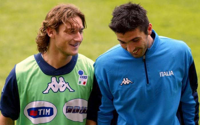 Totti e Buffon in una vecchia foto in Nazionale