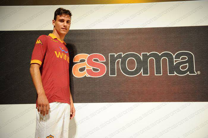 Valerio Verre in posa con la maglia giallorossa