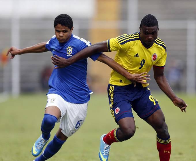 Douglas Santos con la maglia della nazionale brasiliana