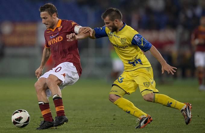 Hetemaj in un contrasto di gioco con Totti (Getty Images)