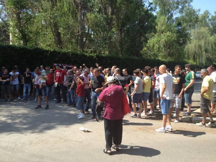 I tifosi ai cancelli di Trigoria (foto Asromalive.it)