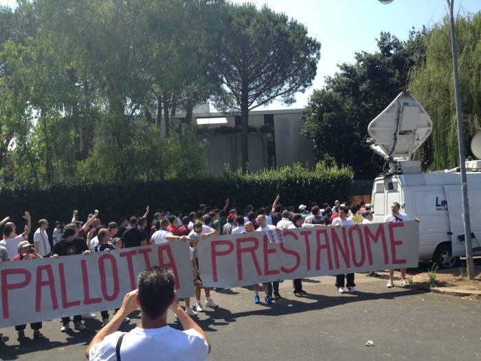 Ancora un'immagine della contestazione (Foto Asromalive.it)