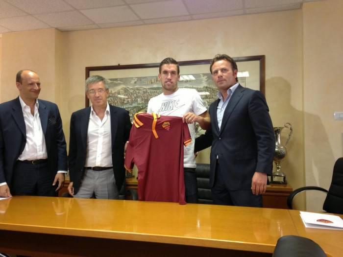 Kevin Strootman firma per la Roma