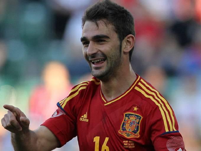 Adrian Lopez con la maglia della Nazionale spagnola