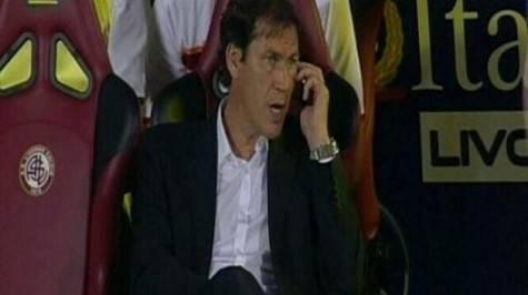 Rudi Garcia mentre usa il cellulare durante Livorno-Roma