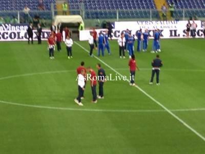 I giocatori della Roma entrano sul terreno di gioco per il riscaldamento