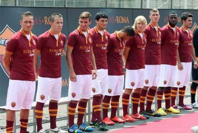 La Roma presenta le maglie a Trigoria