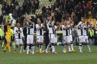 I giocatori del Parma ringraziano i tifosi