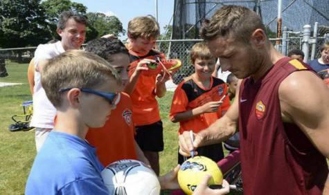 Totti con i bambini delle scuole calcio di Boston (foto asroma)