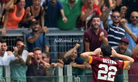Mattia Destro esulta dopo il gol
