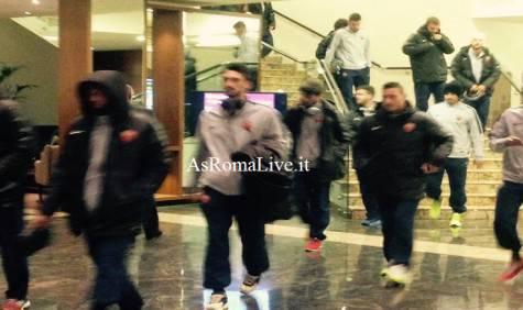 Astori e Totti in prima fila, De Rossi e Strootman dietro: la Roma va verso lo stadio