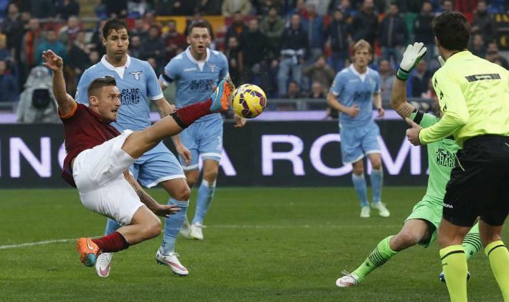 Roma-Lazio acrobazia di Totti