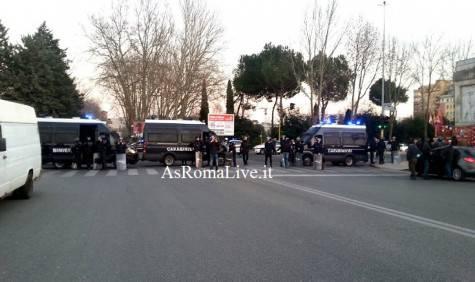 La Polizia schierata a Ponte Duca d'Aosta