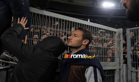 Roma-Fiorentina Totti sotto la Curva Sud