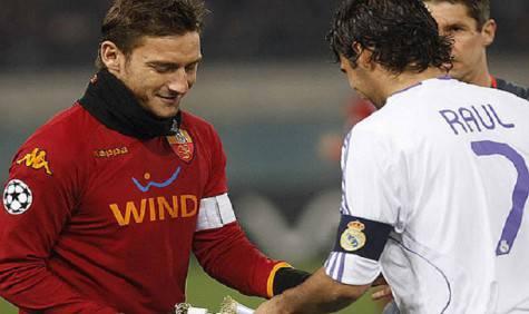 Totti e Raul in uno degli scontri in Champions