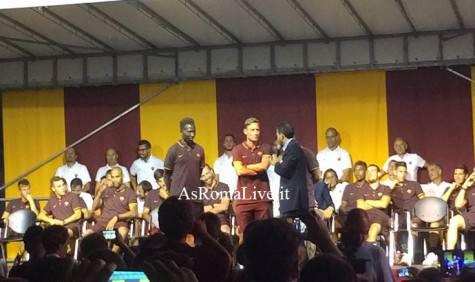 Totti e Yanga Mbiwa sul palco
