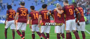 ROME, ITALY - NOVEMBER 08:  AS Roma Players celebrate the goal during the Serie A match between AS Roma and SS Lazio at Stadio Olimpico on November 8, 2015 in Rome, Italy.  (Photo by Luciano Rossi/AS Roma via Getty Images)