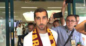 Mkhitaryan con la sciarpa giallorossa